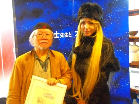 松本零士さん(左)と「理想の女性」メーテルとのツーショット