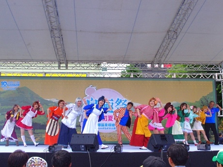 「みなComing体操」を披露した田中光さん(中央)、「泉極娘」、岸町長(右)