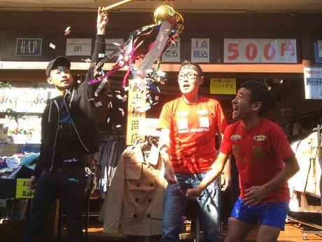 11時の開店でくす玉を割る土橋社長(中央)と猫ひろしさん(右)