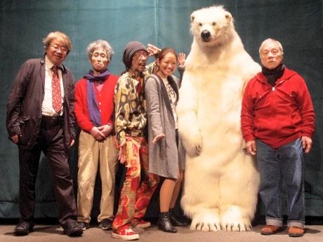 初日舞台あいさつの様子(左から才谷監督、飯田さん、なんきんさん、白波瀬さん、あーちゃん役の白クマ、山谷さん)