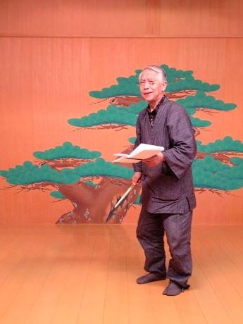 スクルージ(寿来爺)を演じる大蔵流狂言師の善竹十郎さんの練習風景