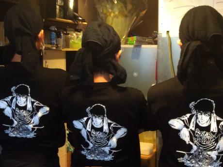 「ブラック・エンジェルズ」の主人公・雪藤洋士が焼きそばを焼いている平松さん描き下ろしイラストTシャツのユニホーム