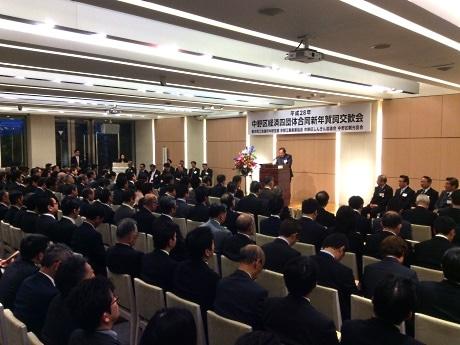 主催者あいさつをする東京商工会議所中野支部の麻沼雅海会長と列席者
