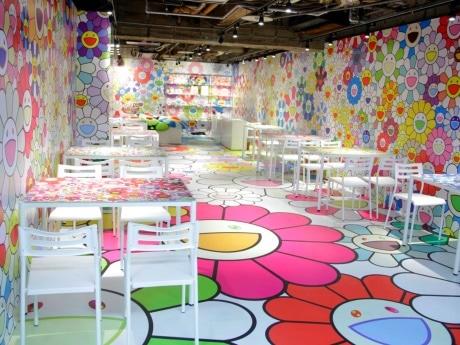 村上隆さんデザインの「お花」をあしらった店内