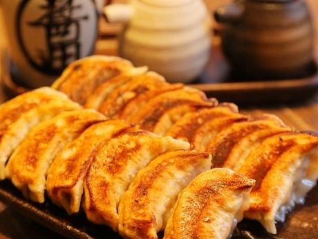 看板メニューの「元祖肉汁焼餃子」
