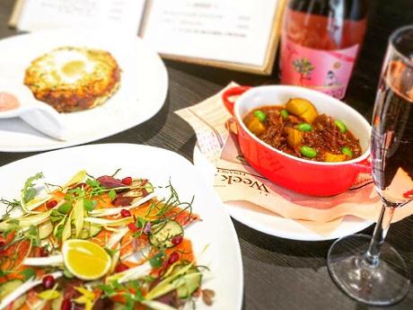 桜マスのカルパッチョ(手前)、エゾ桜肉と牛スジの煮込み(右)などの「桜」メニュー