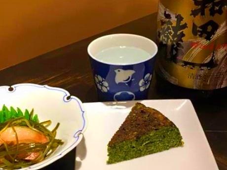 「白身魚の昆布締め」(左)、「ほうれん草のオムレツ」(右)、「和田龍(普通酒)」