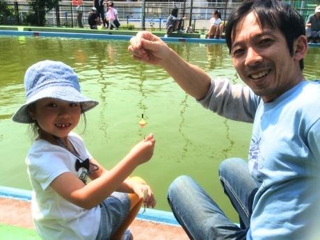 フナを釣り上げた親子