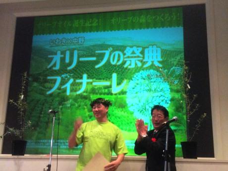 「トップ賞」の「ひなさく堂」石井裕さん(左)