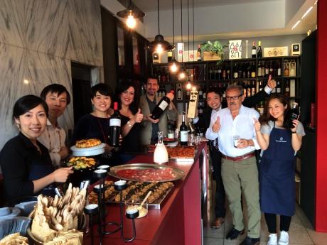 立ち飲みワインスタンドのある店内と店主の仙石さん(左から3人目)