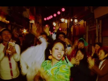 中野駅北口「昭和新道」での「カンパイ!!」ミュージックビデオ撮影時の様子
