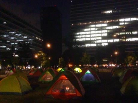 親子で張ったテントで一夜を過ごす親子参加者