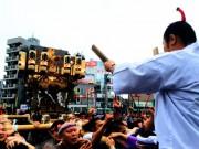 中野氷川神社祭礼 みこし担ぎに中野駅長も参加、「ちょんまげ」みこし頭は人気者に