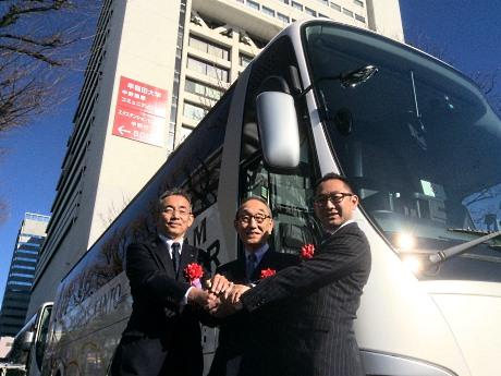 新型バス「ドリームスリーパー」前でがっちり握手を交わす関東バス内藤社長(左)、両備ホールディングス小嶋会長と松田副社長(右)