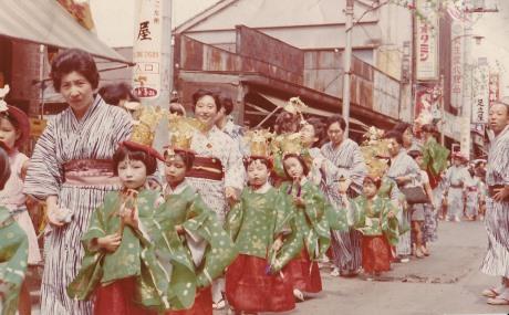戦後、お祭りで沼袋の商店街を歩く親子