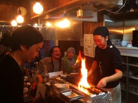 もつ焼きを焼く店主の松浦辰也さん(右)と店内