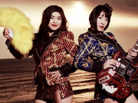 益子寺かおりさん(左)と中尊寺まいさんのセクシーアイドルユニット「ベッド・イン」