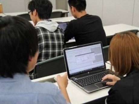 学生が自分のPC上で「マイAI」を育てている様子