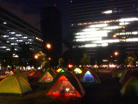 親子で張ったテントで一夜を過ごす親子参加者(昨年の様子)