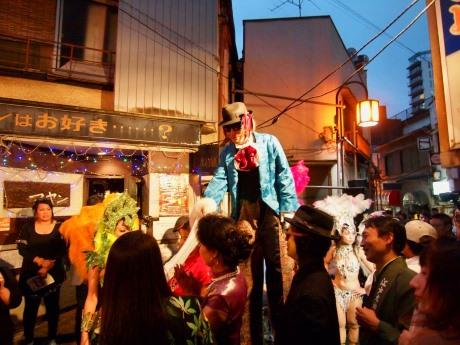 昨年登場した「謎の足長男」は今年も登場予定(樋口トモユキさん撮影)