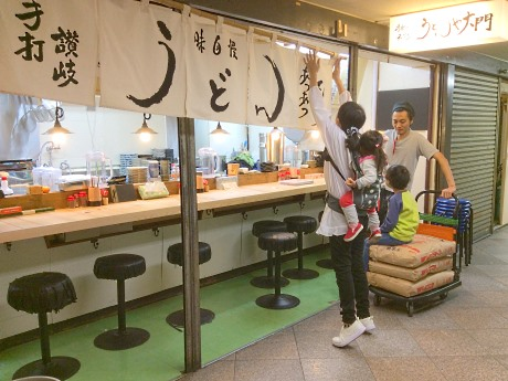 プレオープン時の店舗外観と坂本さん一家