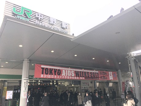 JR中野駅北口にお目見えした横断幕