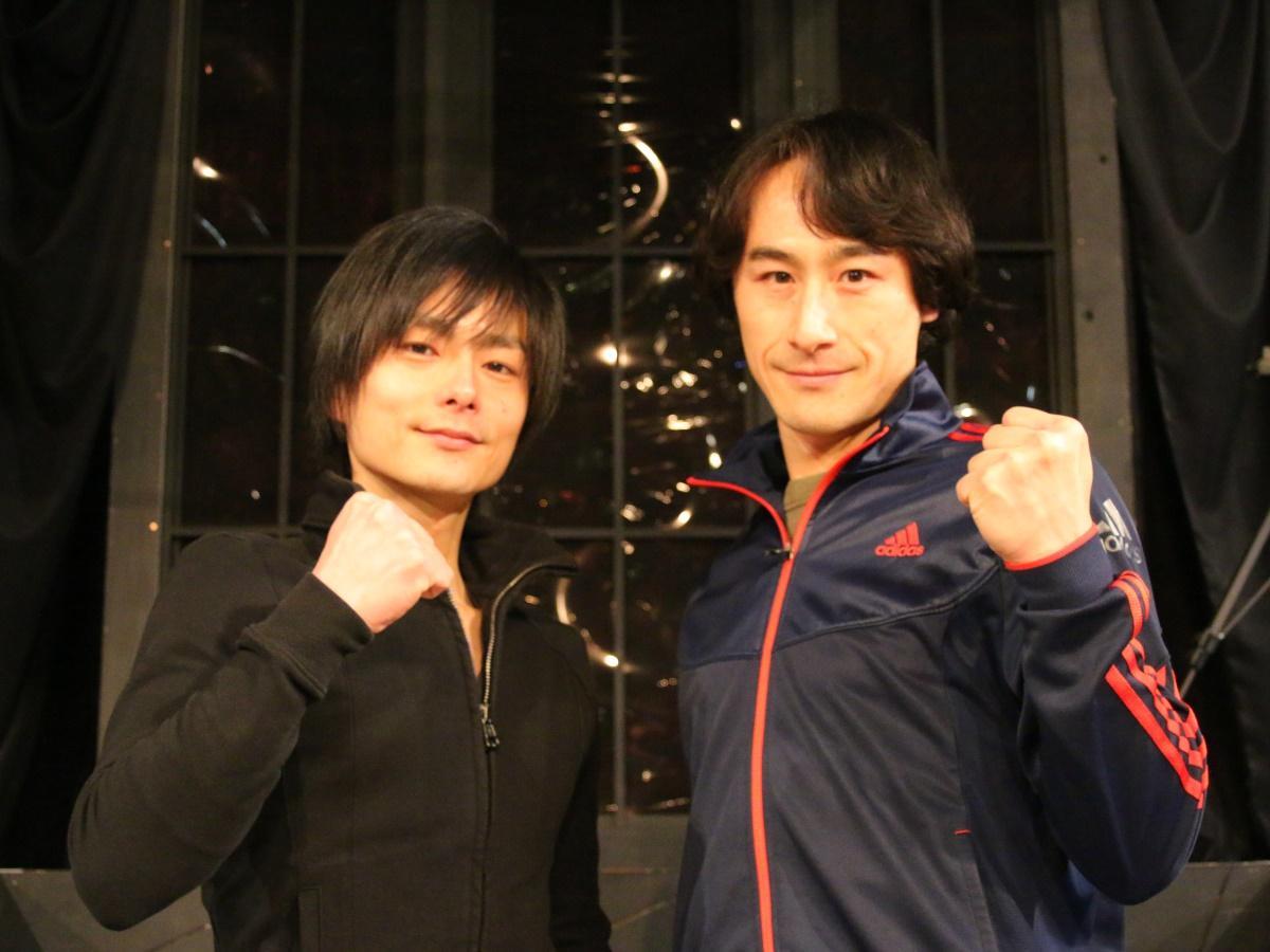 主演を演じる松本慎也さん(左)と曽世海司さん(右)