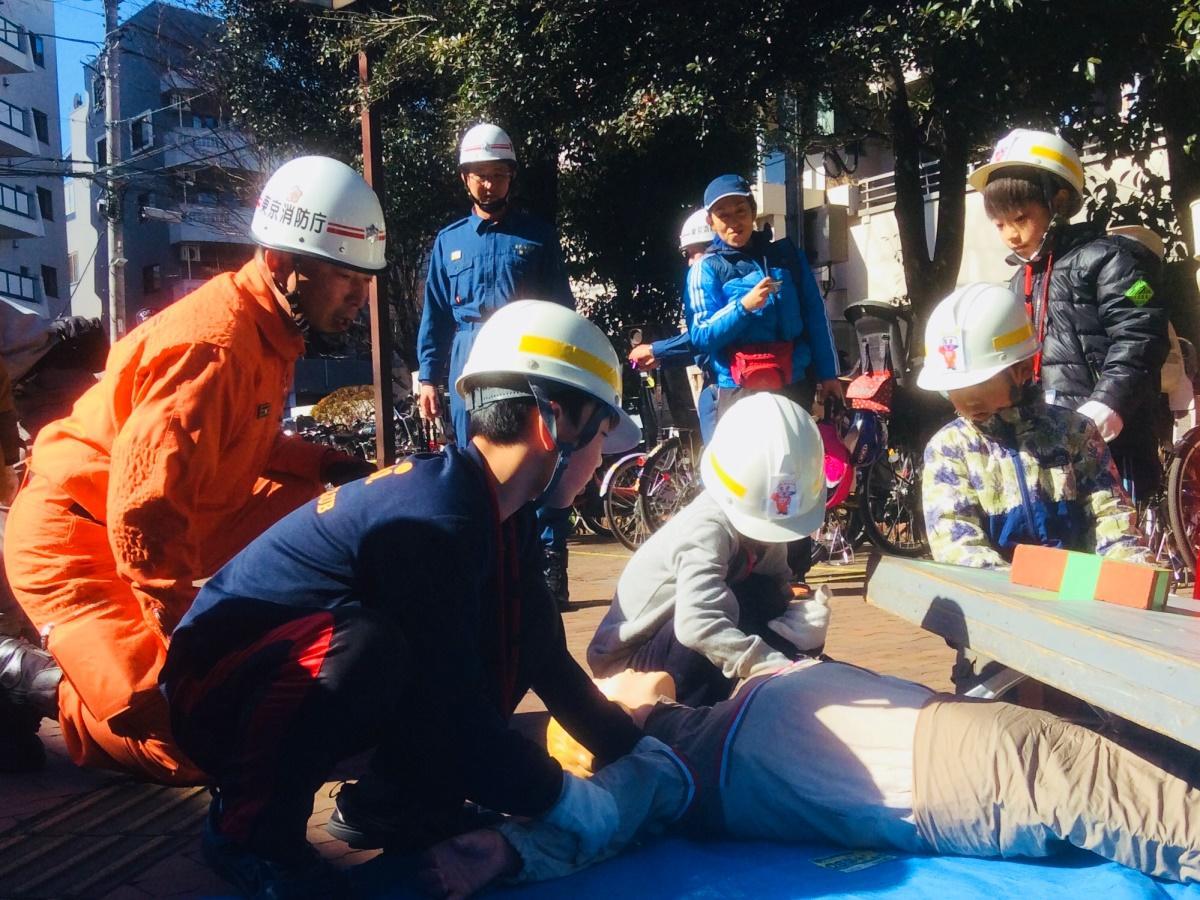 消防士のお仕事「人命救助」体験をする子どもたち