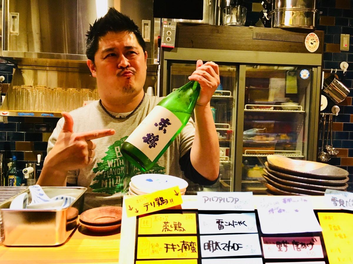 店主の寺崎敦さんと佐賀の日本酒「東鶴」