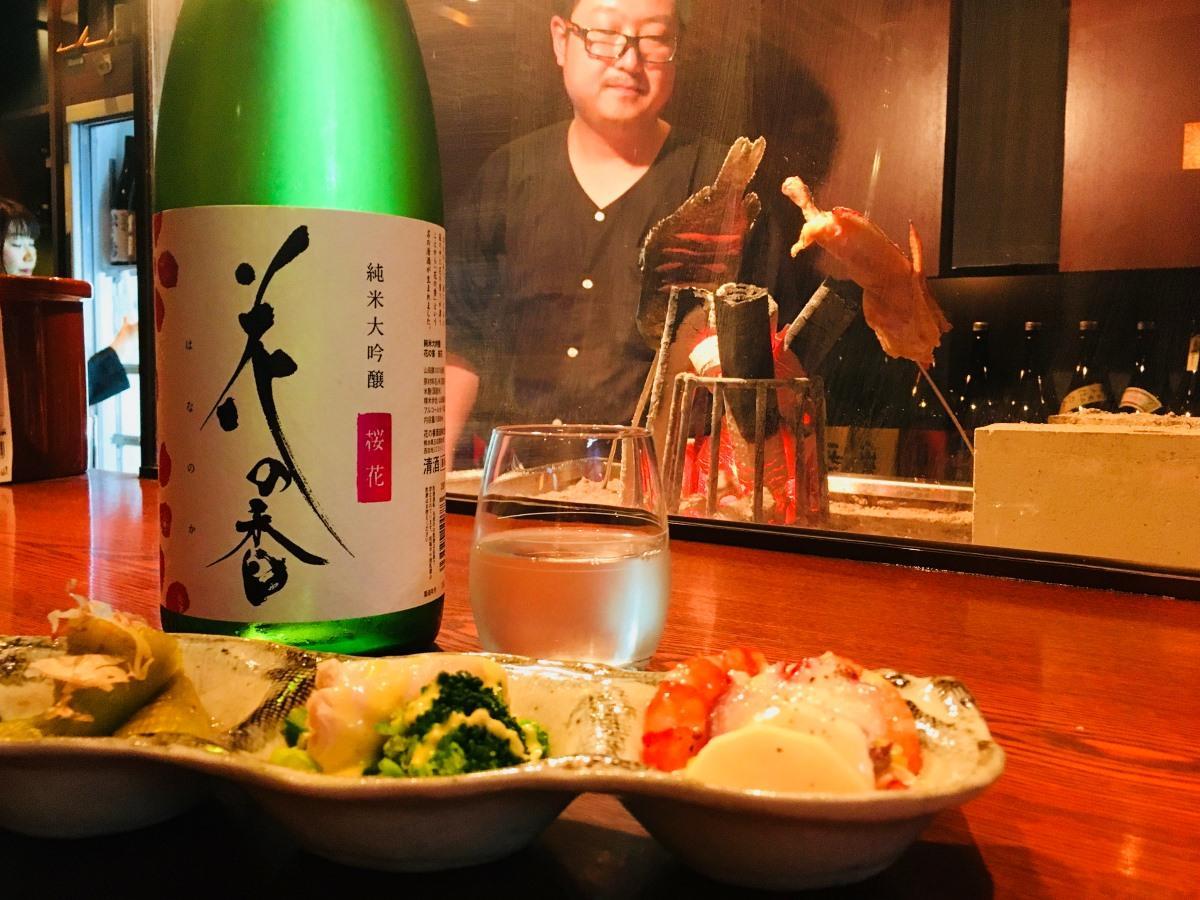 地元の酒店「酒の伊勢勇」プロデュースで揃う日本酒と炭で焼く炉端焼き