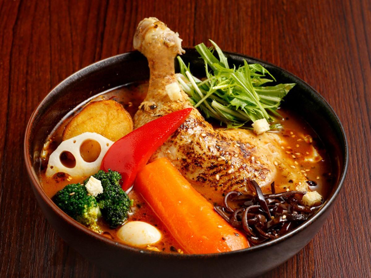 定番メニューのスープカレー「やわらかチキンレッグと9種野菜」