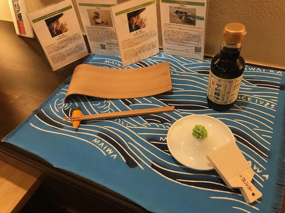 空きスペースに展示されている「しょうゆ皿」と木製皿「隼波」