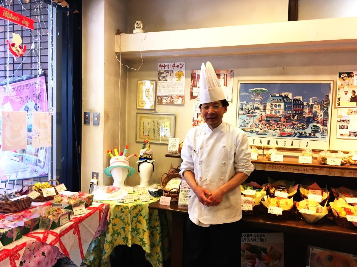 現在の「フランス菓子ふじの木」店内と店主の田中さん