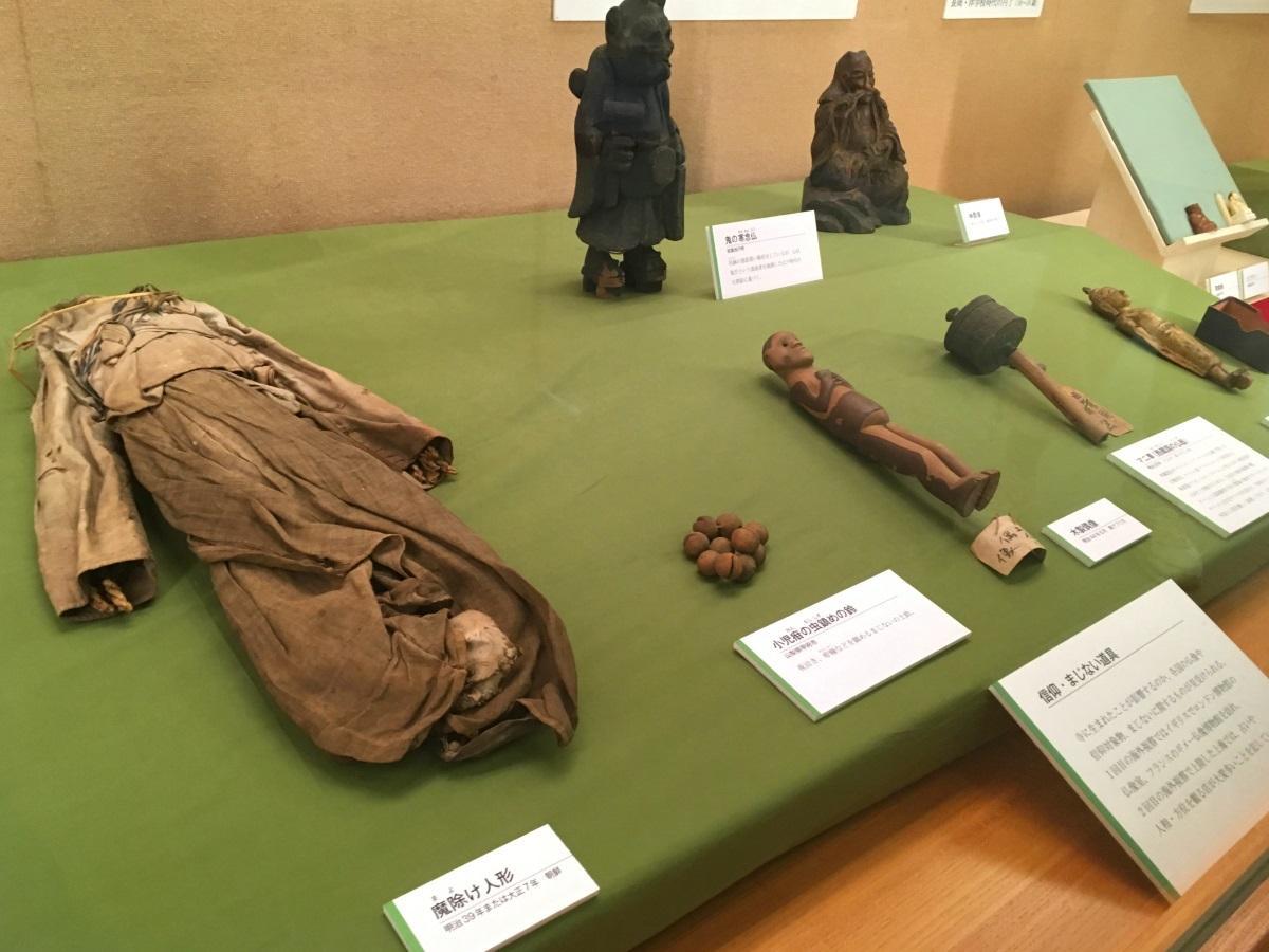 魔よけ人形(左手前)などの「信仰・まじない道具」群