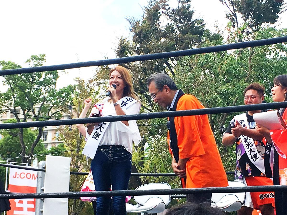 観光協会の宮島理事長から任命書とトロフィーを手渡され、中野区観光大使に就任したブル中野さん(左)