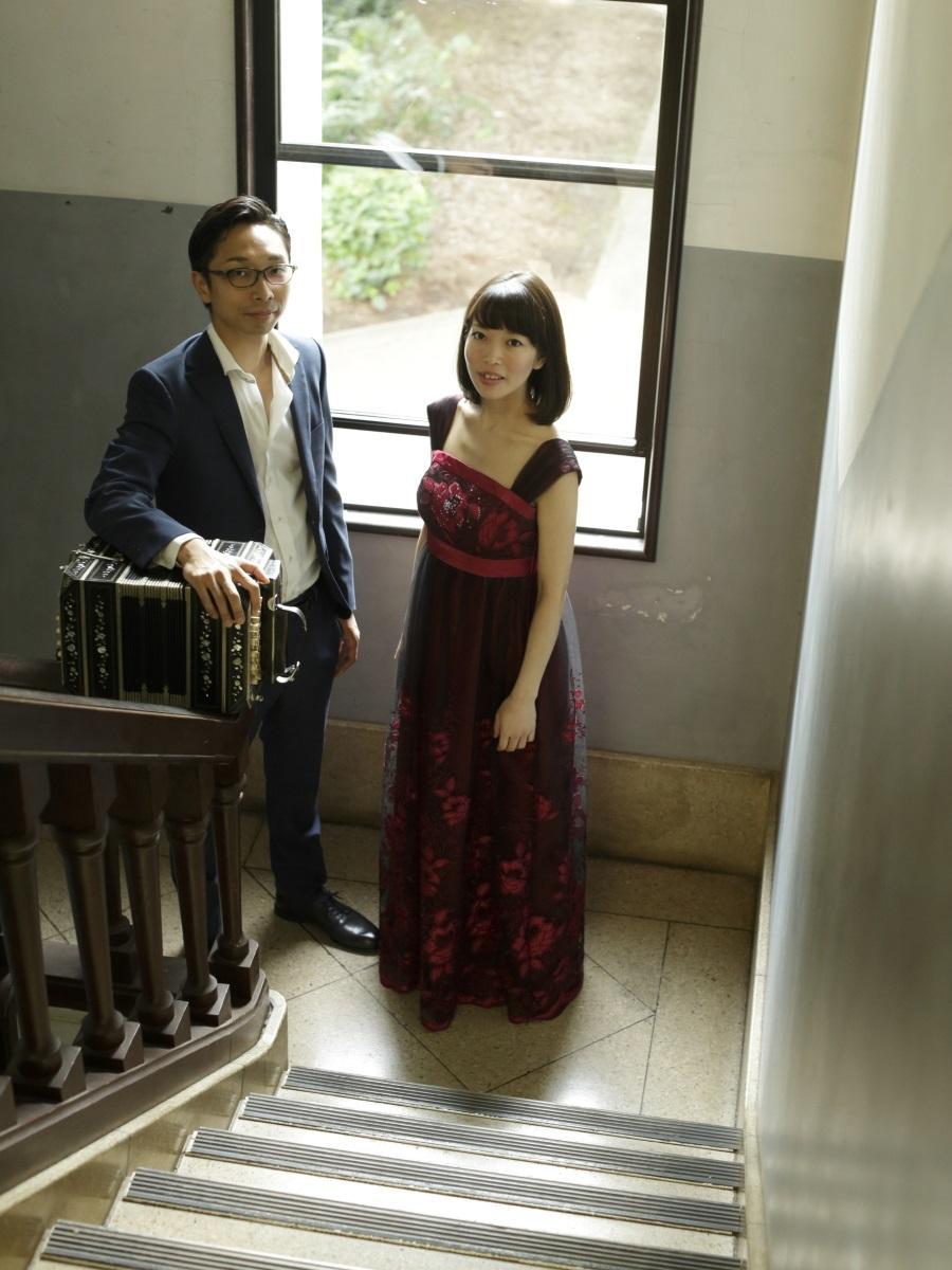 バンドネオン奏者の早川純さん(左)とピアニストの久保田美希さん(右)