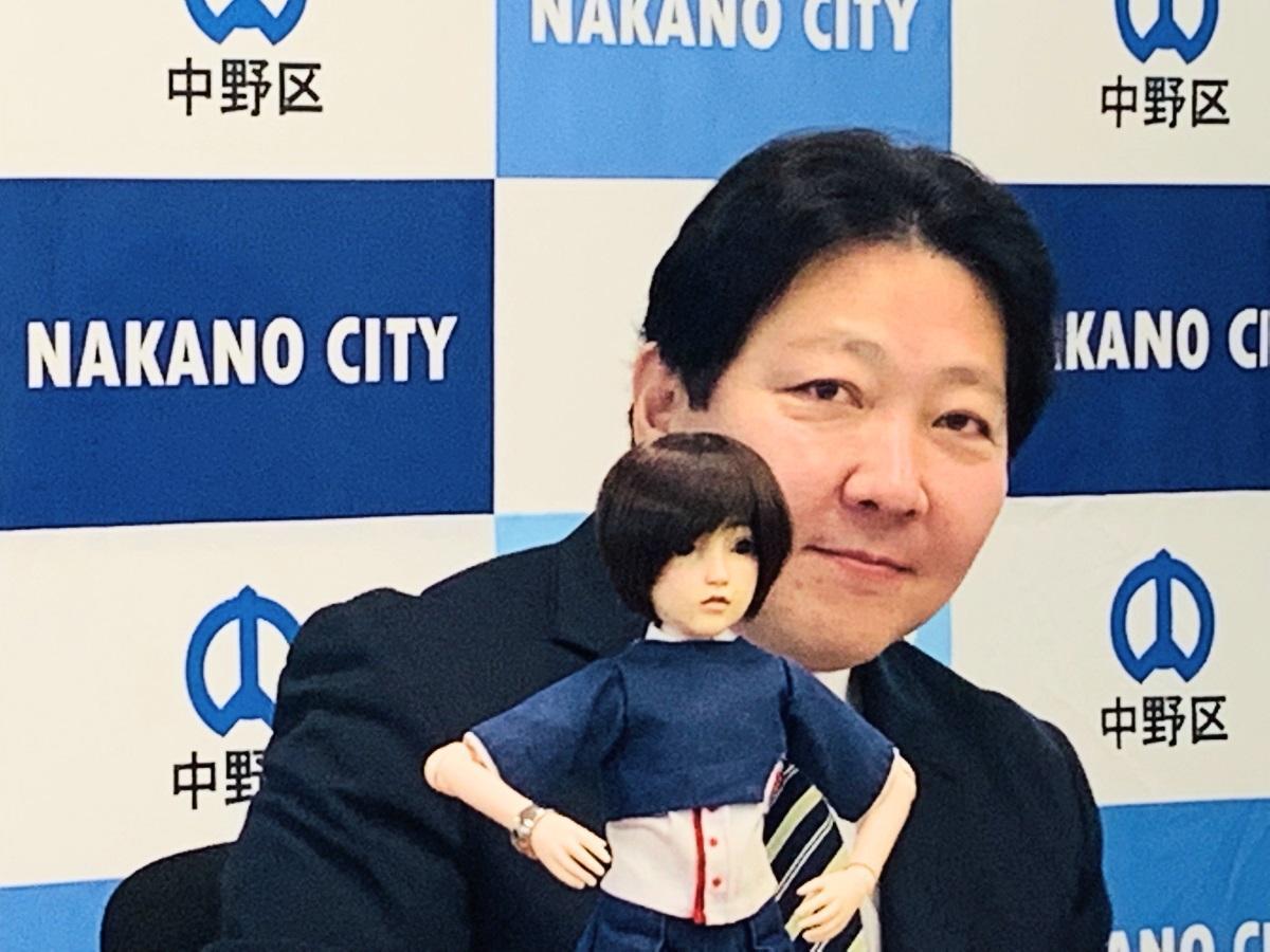 2月1日の記者会見で初お目見えした「ナカノさん」と酒井直人中野区長