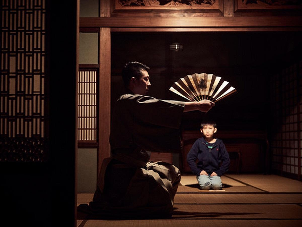 映画「よあけの焚き火」のワンシーン ©桜映画社