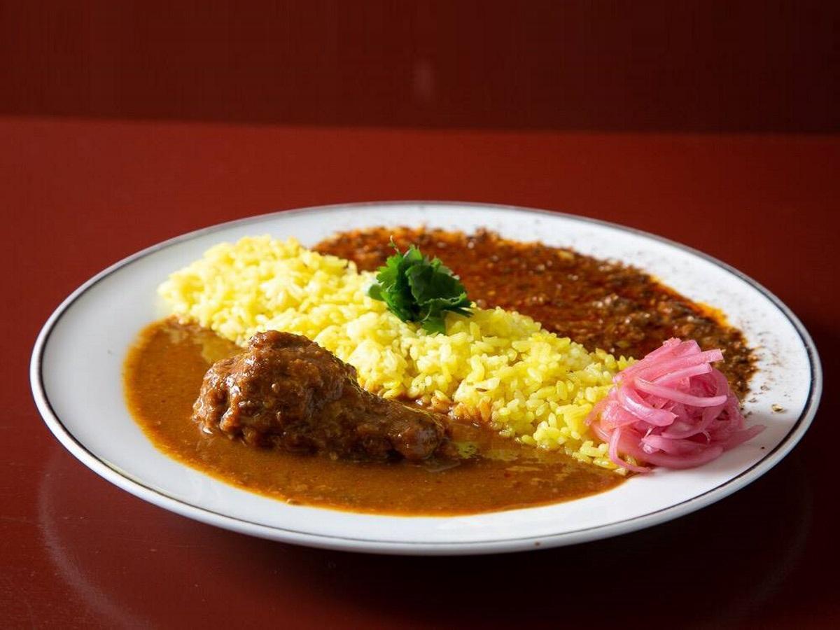 屋号「Curry Dance」の「チキンカレーと麻婆キーマかカレーの2種盛りカレー」