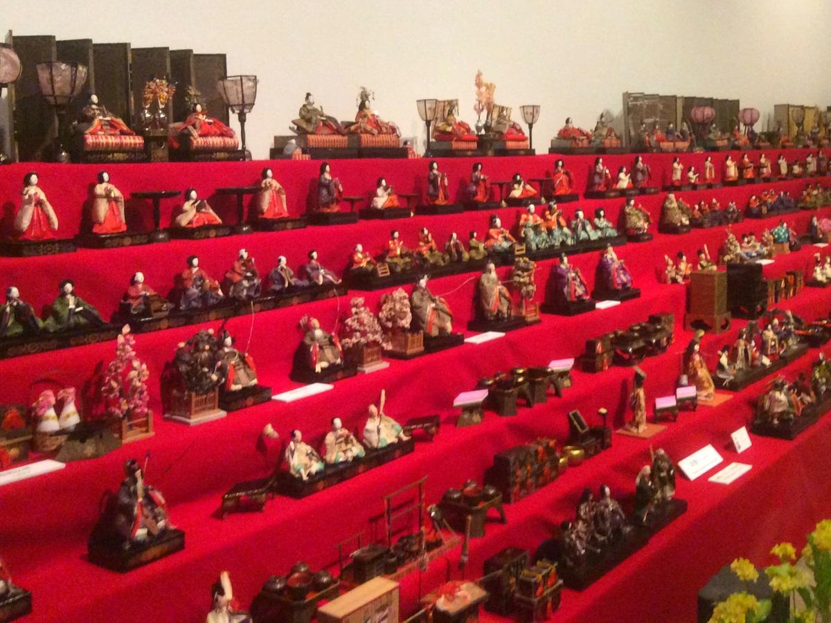 山崎家に伝わる江戸時代から昭和初期までのひな壇飾りなど
