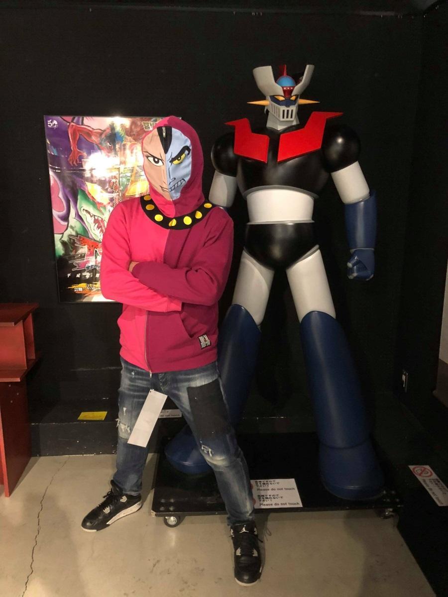 「なりきりあしゅら男爵」パーカ(左)と超特大「マジンガーZ」フィギュア撮影スポット © 永井豪/ダイナミック企画