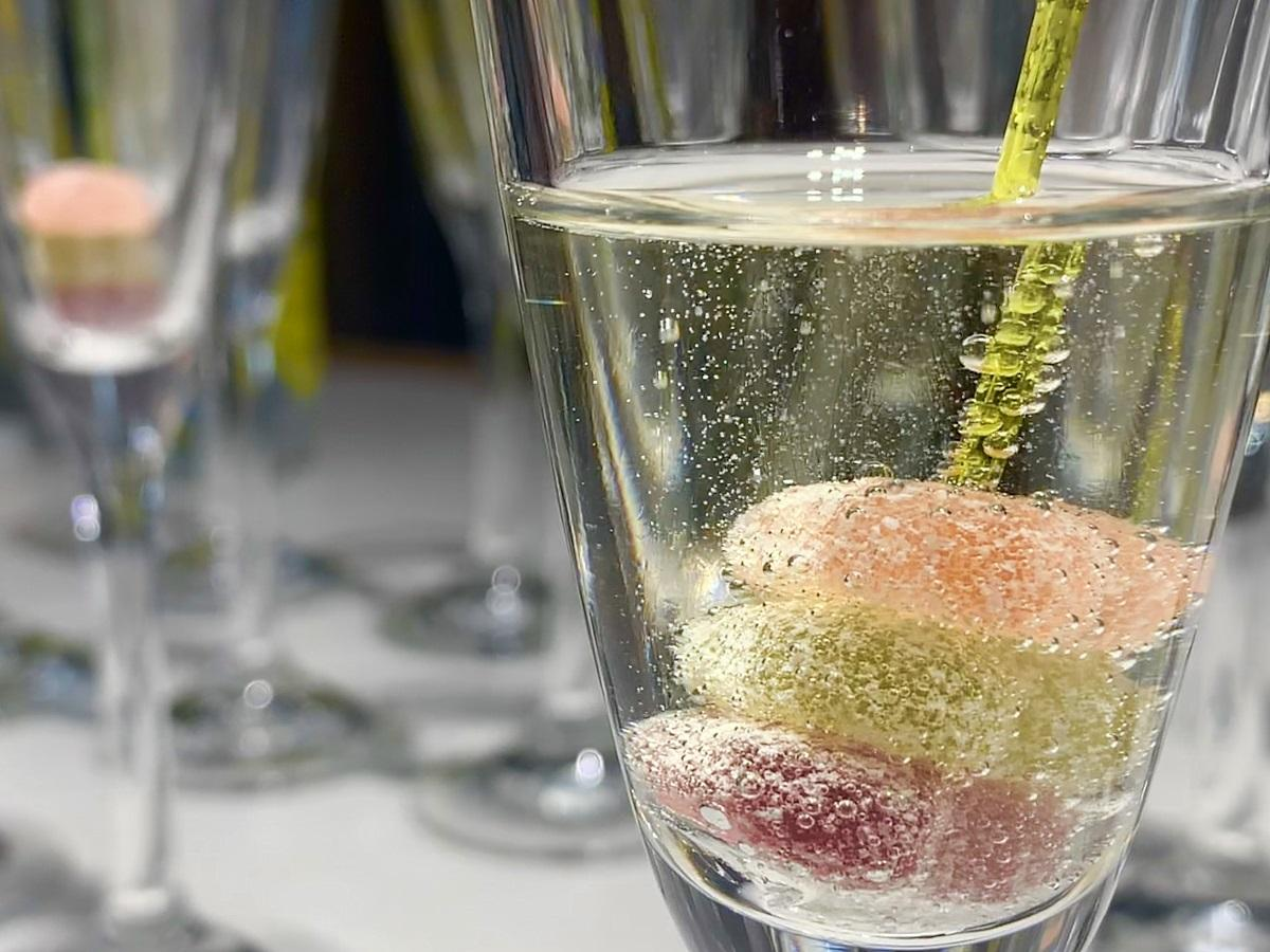 記者発表会で用意された「ピュレサプリグミ iMUSEプラズマ乳酸菌」のアレンジレシピ「グミスパークリング」