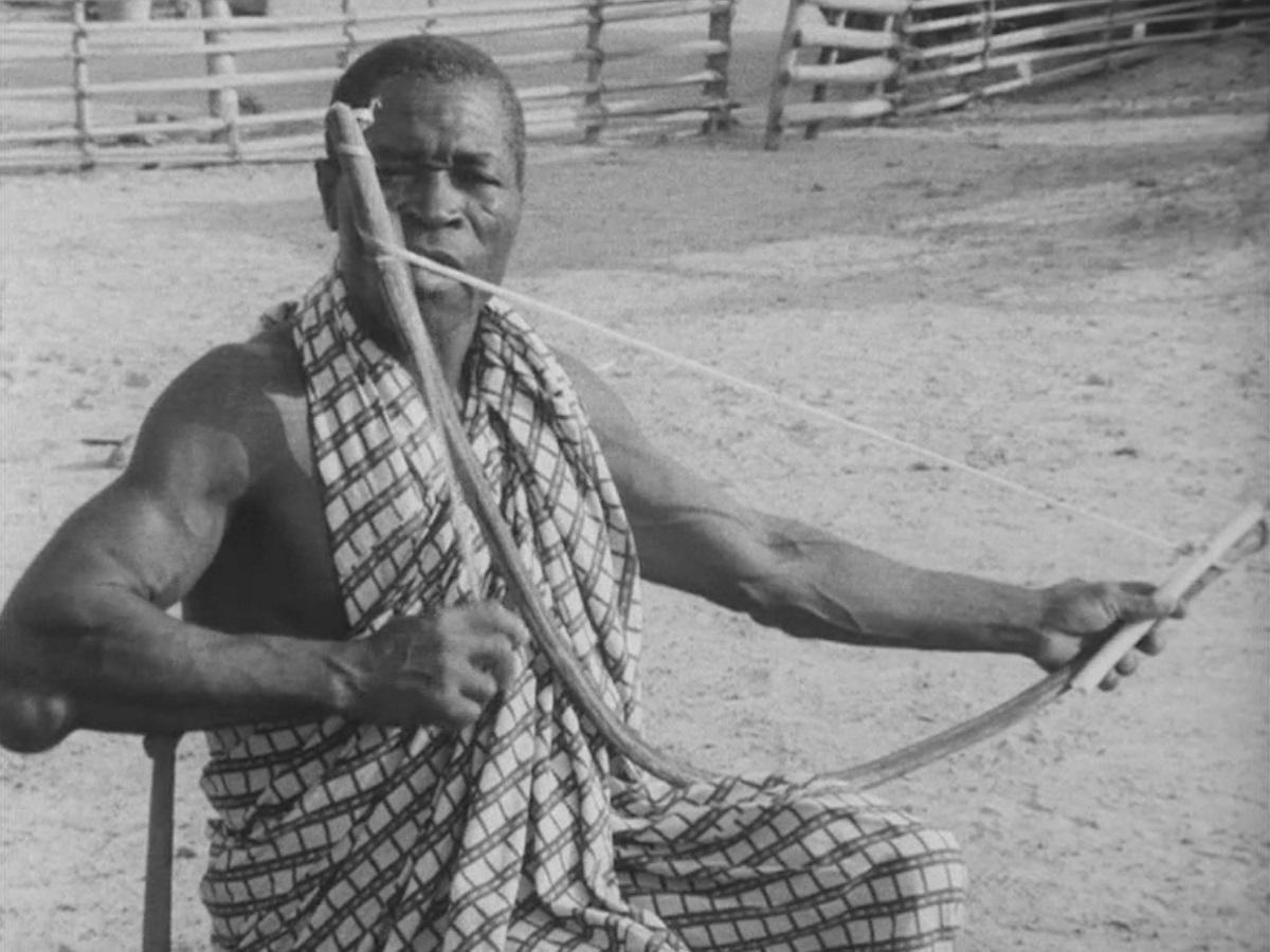 「弓矢の演奏」ワンシーン © 公益財団法人 下中記念財団