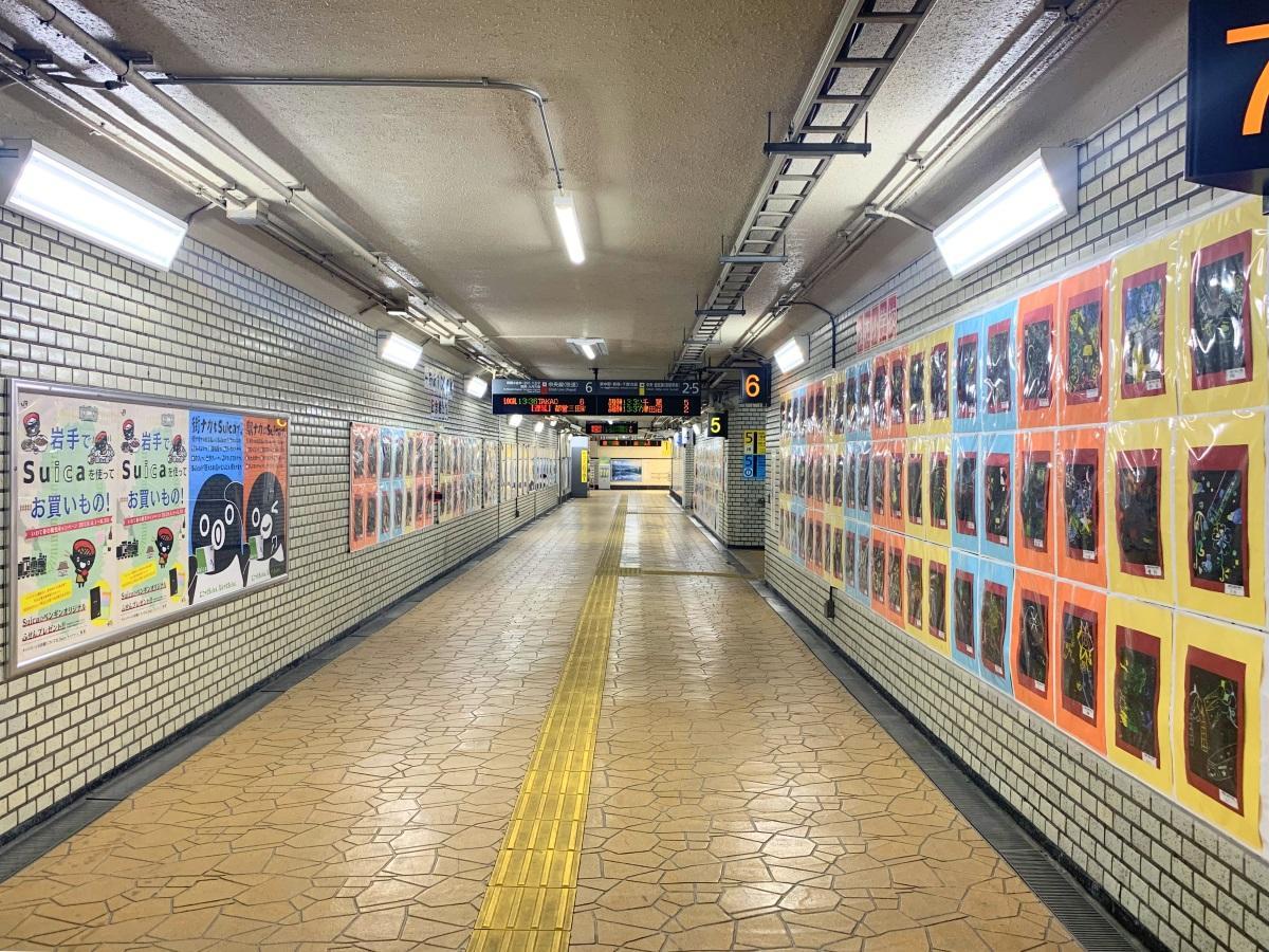 「中野駅開業130周年記念絵画展」はホーム間地下連絡通路が会場