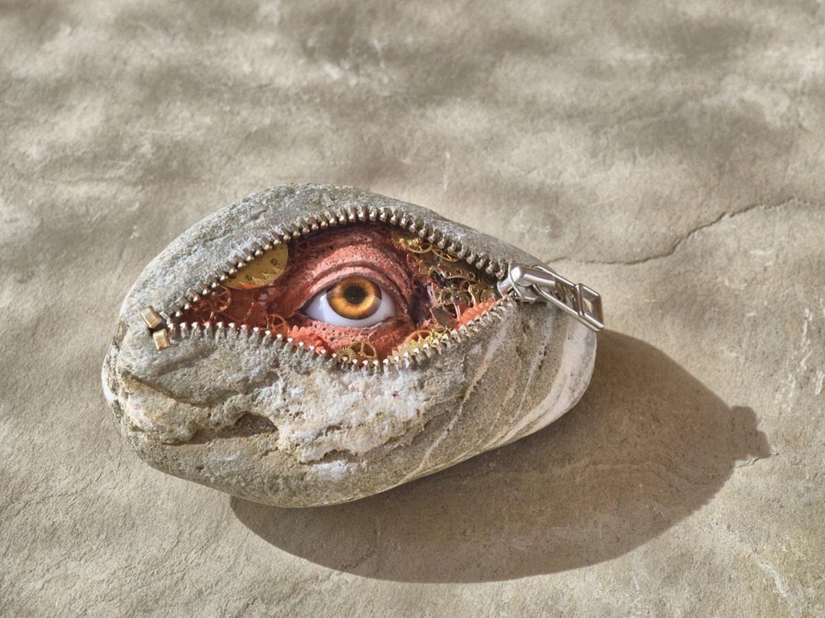 石にファスナーが付いている伊藤博敏さんの作品