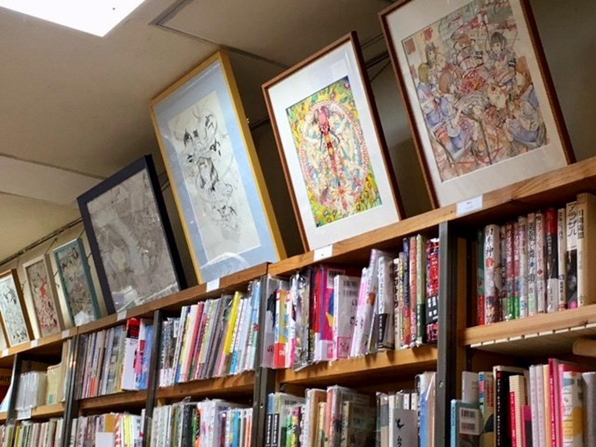 店内には駕籠真太郎さん作品が色々な形で展示されている