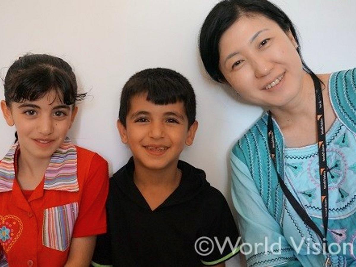 シリア難民の子どもたちとスタッフ渡邉裕子さん(右)