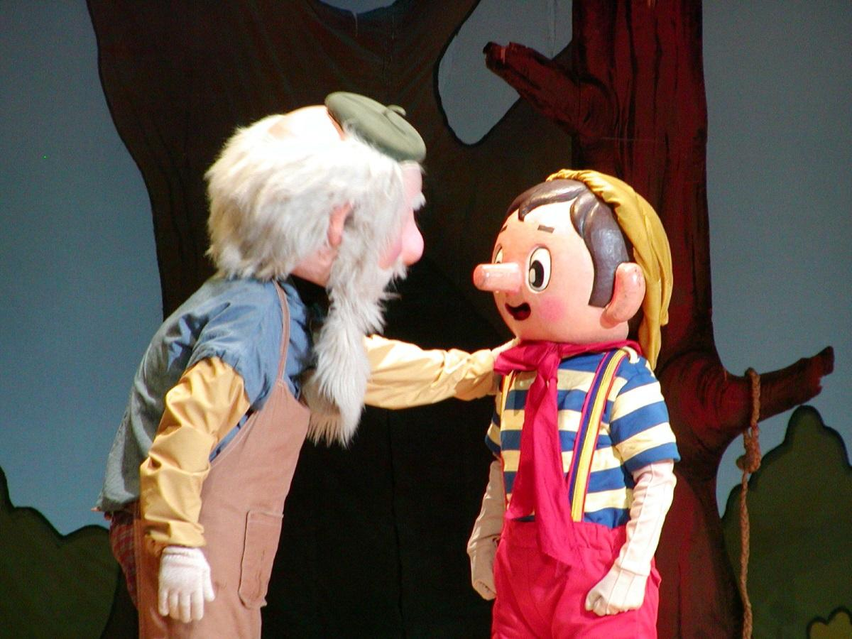 劇団こぐま座による人形劇「ピノッキオ」のワンシーン