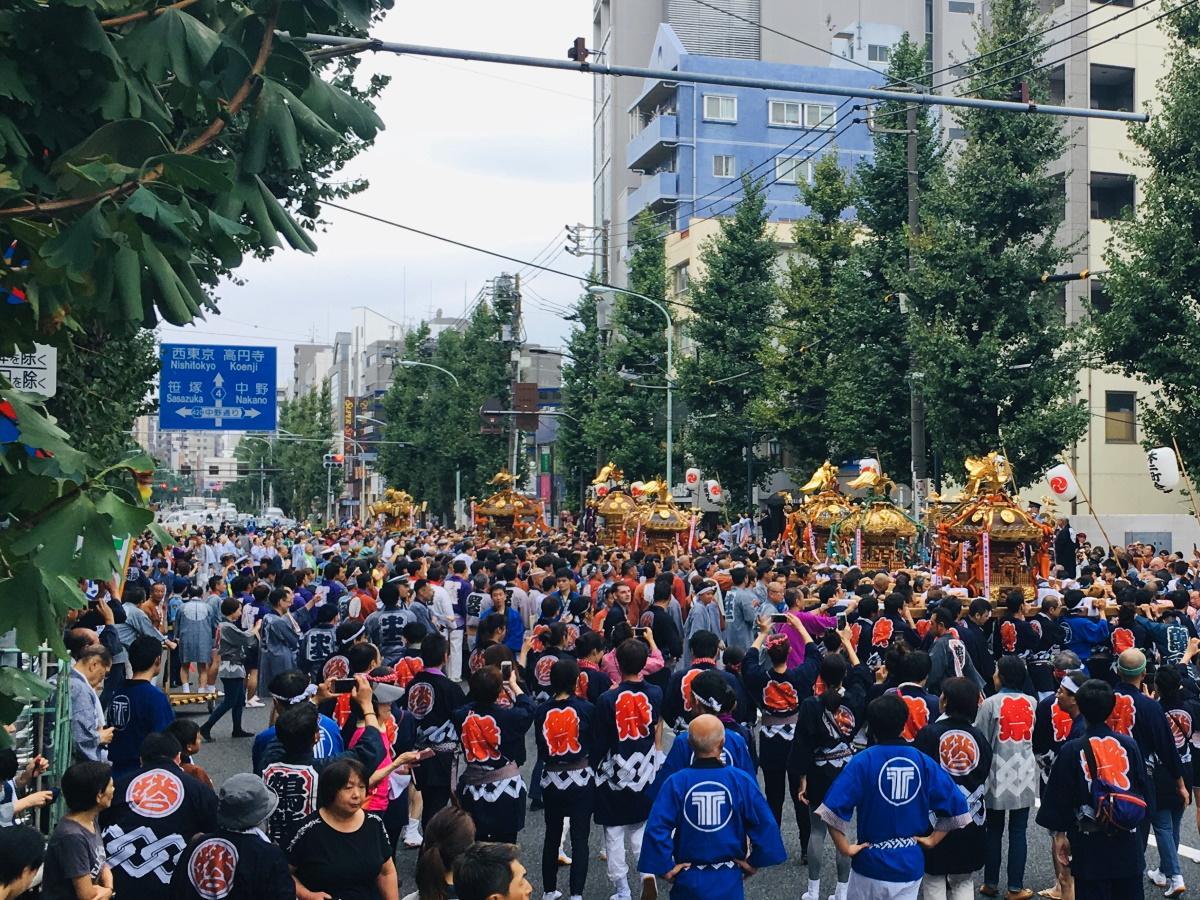 青梅街道を封鎖し、中野警察署前に集まる連合みこし(昨年の様子)