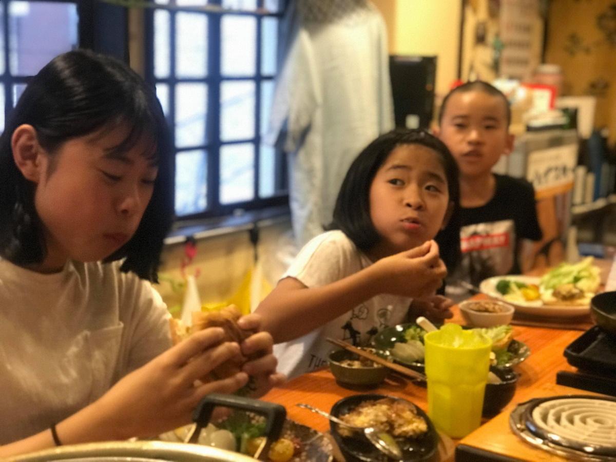 食事を楽しむ子どもたちと「旬香亭あーち」店内